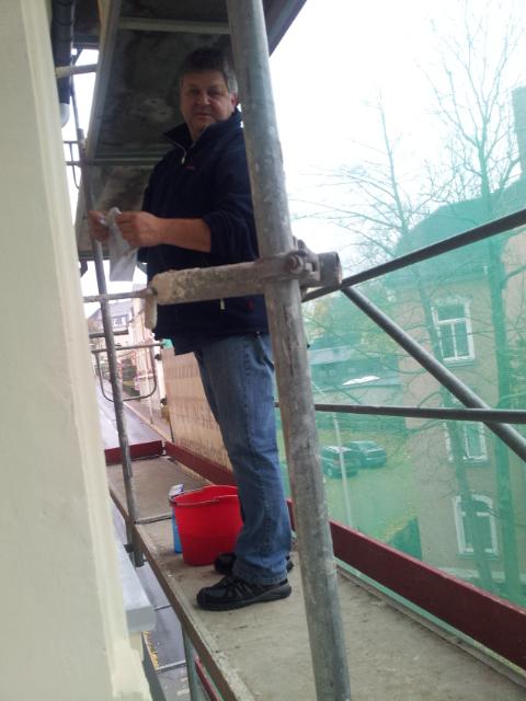 René bei der Arbeit - Fenster putzen vom Gerüst